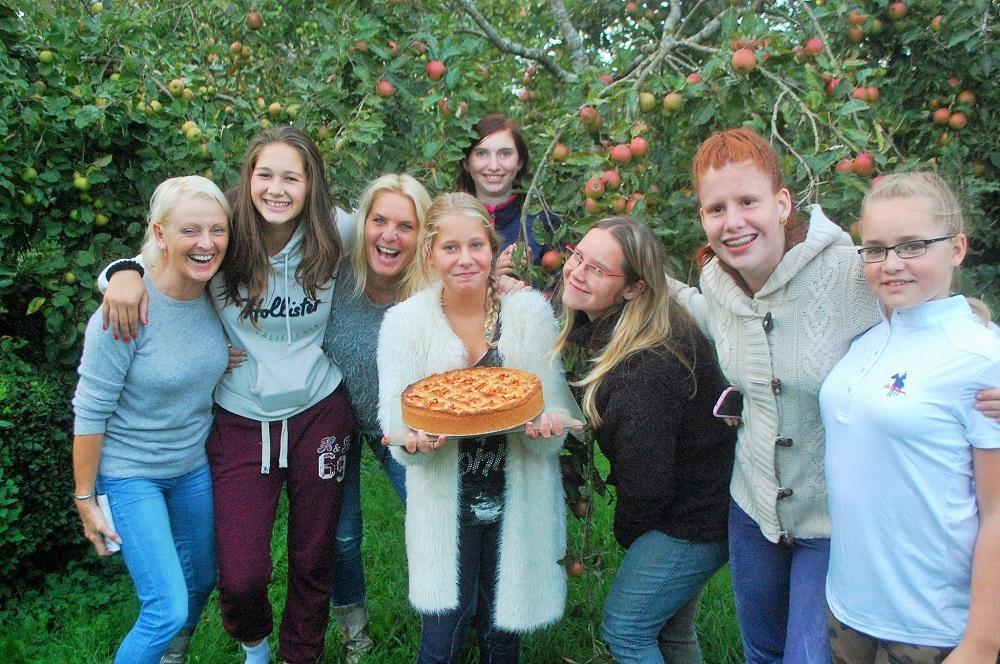 PGB7  taart met veel personen