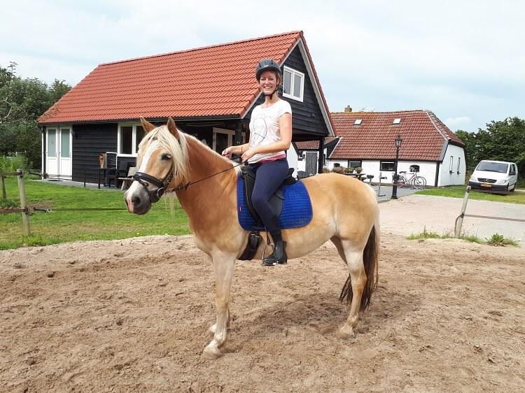 Jara en Marrit tijdens opfriscursus op mini-manege Hippago in Elim, Drenthe